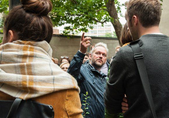 Vortrag von Xaver Egger für Besucher des Wohngebäudes in der Stromstraße im Rahmen des Tages der Architektur in Berlin.