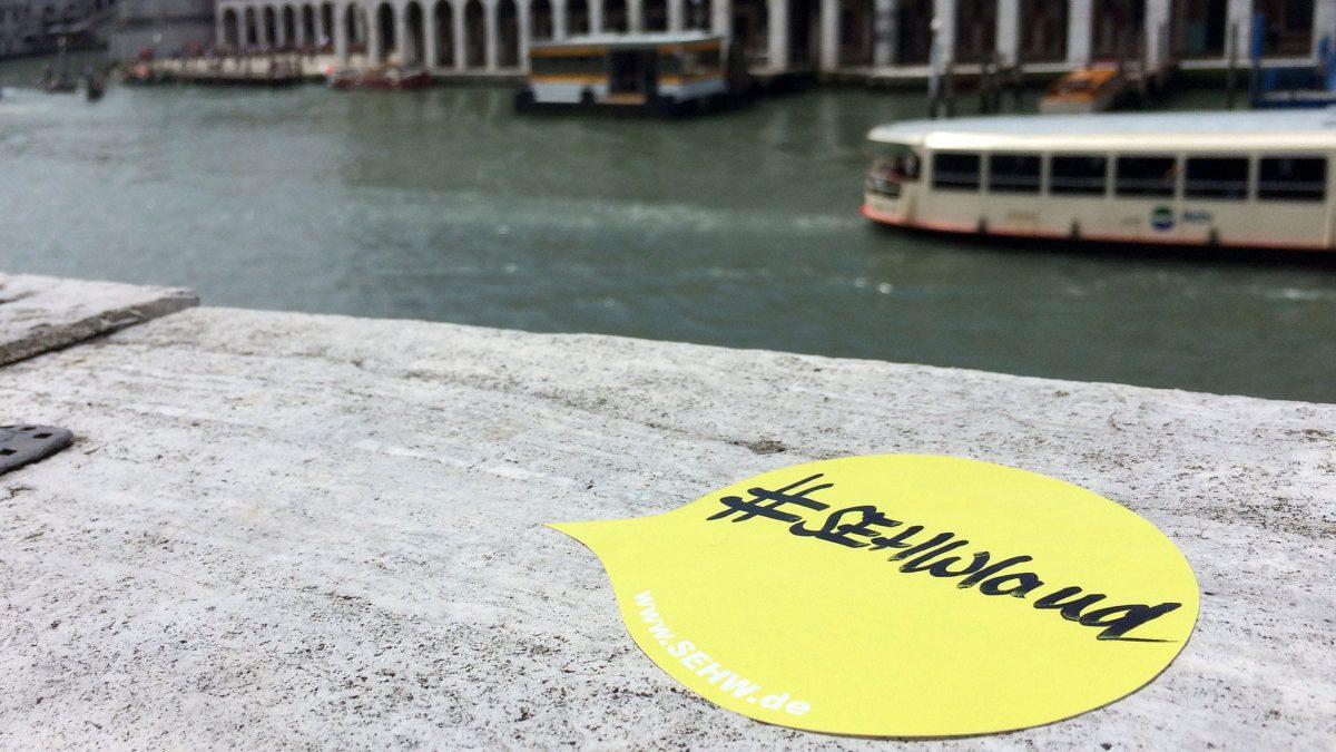 sehwland Sticker am Markusplatz in Venedig, für die Architketur Biennale 2016.