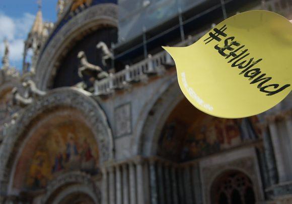 Sticker von sehwland auf dem Markusplatz in Venedig, im Rahmen der Architektur Biennale 2016.