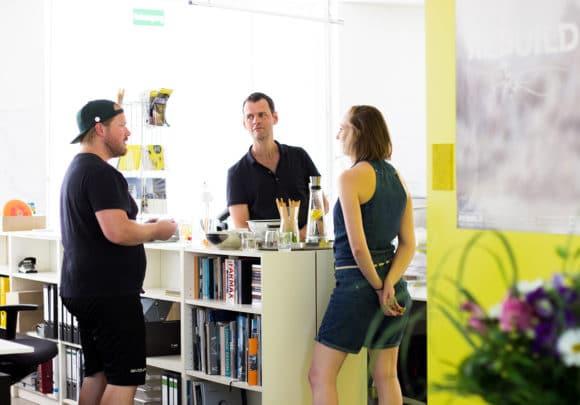 Hendrik Rieger im Gespräch mit einem Besucher in den Räumlichkeiten von sehw architektur im Rahmen des Tags der Architektur 2019 in Berlin.