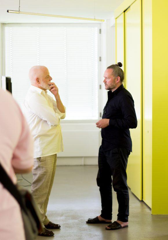 Xaver Egger im Gespräch mit einem Besucher in den Räumlichkeiten von sehw architektur im Rahmen des Tags der Architektur 2019 in Berlin.