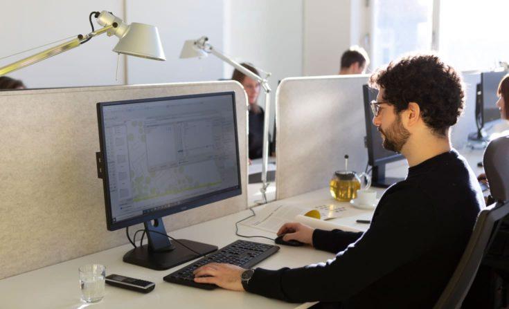 Daniel Spievak am Arbeitsplatz. Projektarchitekt bei sehw architektur.