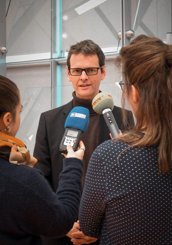 Hendrik Rieger im Interview mit lokalen Radiosendern nach dem Gewinn des Wettbewerbs für die Gesamtschule in Kolkwitz.