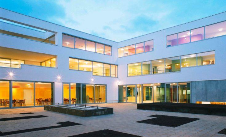 Innenhof des Gesundheitszentrums in Seekirchen, Österreich.