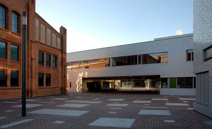 Vorplatz des Neubaus des Verfügergebäudes der technischen Hochschule Wildau, Halle 16.