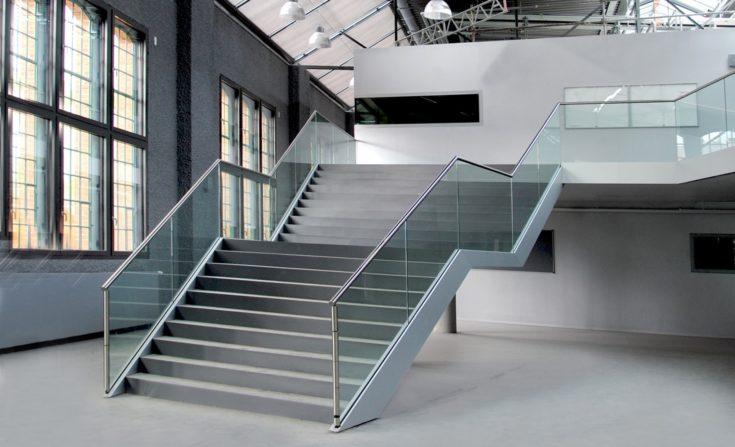 Freitreppe des zentralen Foyers der technischen Hochschule Wildau, Halle 17.
