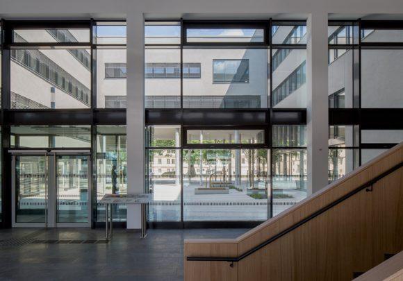 Ausblick aus dem Foyer in den Innenhof des Neubaus der zwei Landesministerien in Potsdam.
