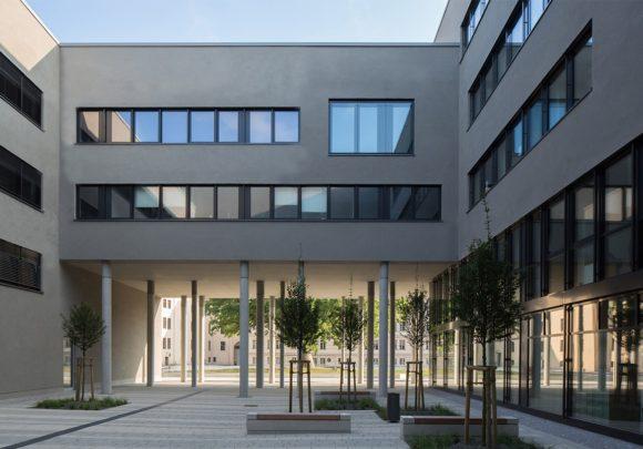 Innenhof mit aufgeständertem Baukörper als Verbindung zwischen Innen und Außen des Neubaus der zwei Landesministerien in Potsdam.