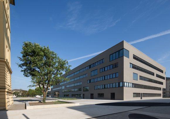 Blick auf den großen Baukörper des Neubaus der zwei Landesministerien in Potsdam.