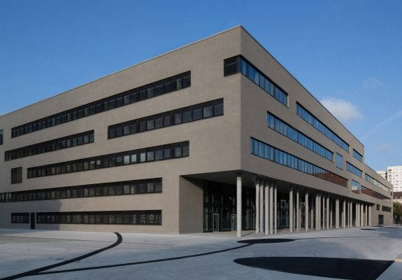 Vorplatz mit dem Neubau der zwei Landesministerien in Potsdam.