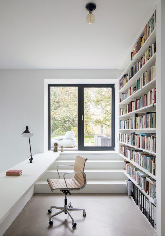Bürobereich mit Ausgang zur Dachterrasse des Einfamilienhauses A28 in Berlin.