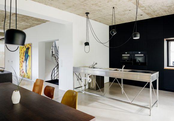 Essbereich und Küche des Einfamilienhauses A28 in Berlin.