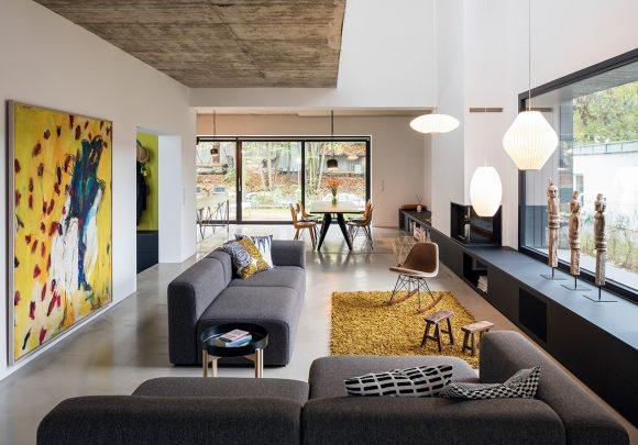 offener zweigeschossiger Wohnbereich mit Blick zum Essbereich des des Einfamilienhauses A28 in Berlin.