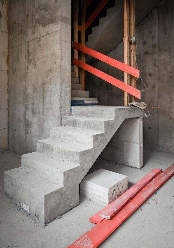 Betontreppe auf der Baustelle des Wohnhauses in Alt-Reinickendorf 54 Berlin.
