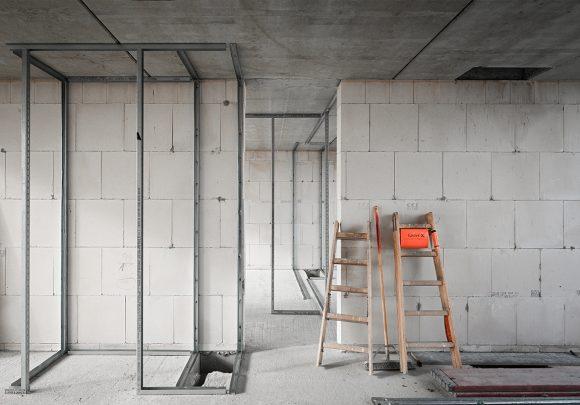Durchblick in einen Raum auf der Baustelle des Wohnhauses in Alt-Reinickendorf 54 Berlin.