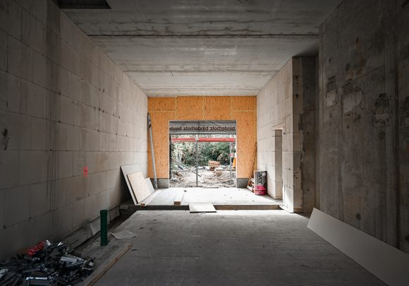 Durchblick in den Erdgeschoss auf der Baustelle des Wohnhauses in Alt-Reinickendorf 54 Berlin.