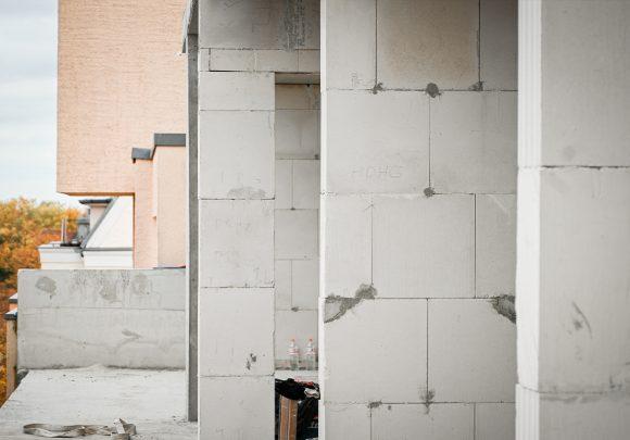 Hintereinander stehende Wände auf der Baustelle des Wohnhauses in Alt-Reinickendorf 54 Berlin.