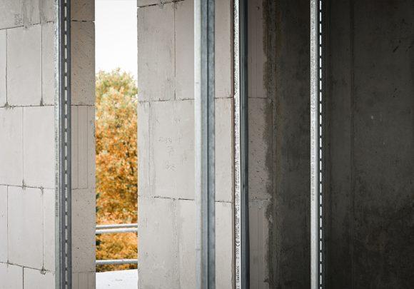 Blick auf einen Baum von der Baustelle des Wohnhauses in Alt-Reinickendorf 54 Berlin.