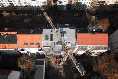 Drohnenaufnahme der Baustelle des Wohnhauses in Alt-Reinickendorf 54 Berlin.