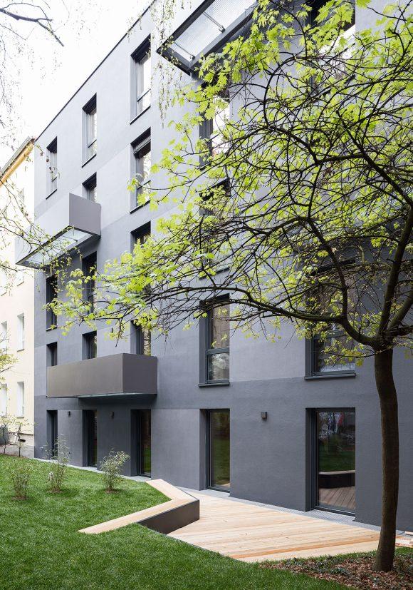 Putzfassade mit Balkonen des in Holzmodulbauweise errichteten Wohnhauses Stromstraße in Berlin.