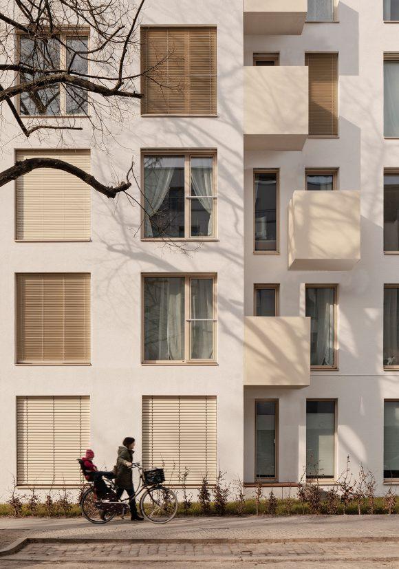 Fassade mit Balkonen und abgetrepptem Baukörper des Wohngebäudes Mühlenstraße in Berlin.