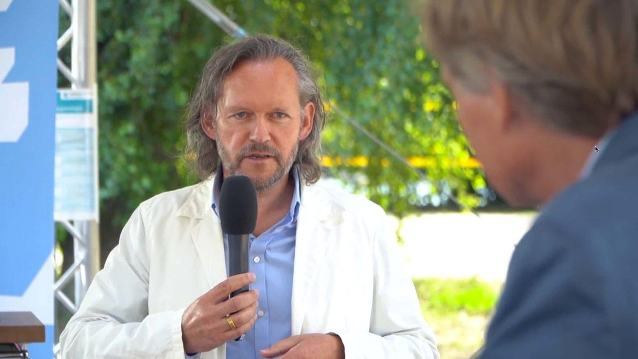 Prof. Xaver Egger beim Interview über Bauluktur und Bildung.