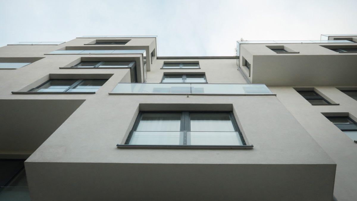 Fassade des Wohngebäudes mit Eigentumswohnungen am ehemaligen Mauerstreifen in Berlin Mitte.