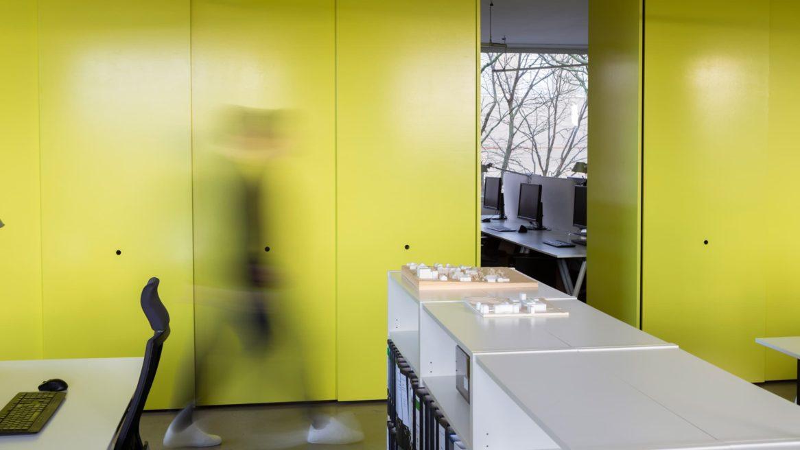 gelbe Schrankwand von sehw architektur.