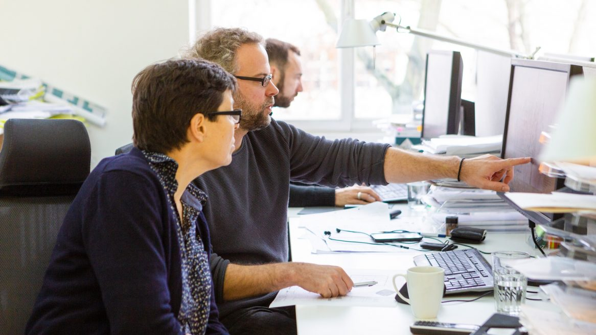 Diskussion von Hilka Nieselt und Koert op den Brouw am Arbeitsplatz.