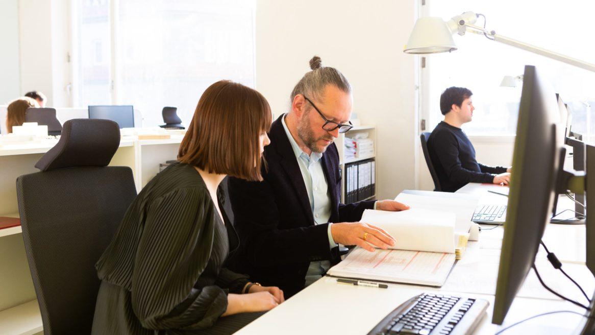 Xaver Egger, Geschäftsführender Gesellschafter von sehw architektur bei einem Meeting am Arbeitsplatz.