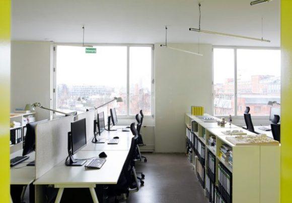 Büroräumlichkeiten mit gelben Schrankwänden von Sehw Architektur.