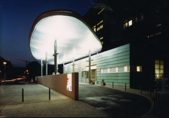 Einfahrt mit Vordach zur Rettungsstelle der Charité in Berlin.