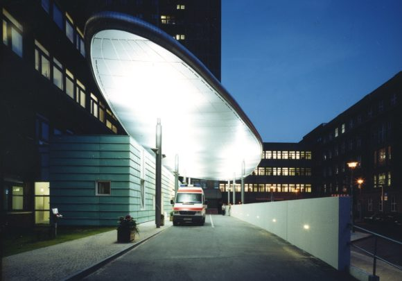 Ausfahrt mit Vordach zur Rettungsstelle der Charité in Berlin.