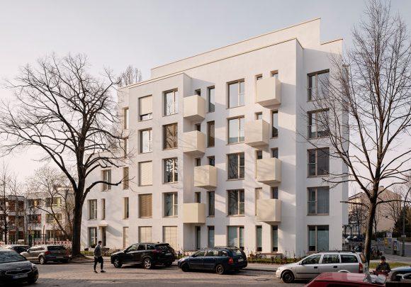 Das Wohngebäude Mühlenstraße in Berlin im Kontext der Nachbarbebauungen.