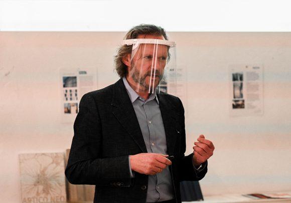 """Xaver Egger hält einen Vortrag auf der Veranstaltung """"Fassaden & Dächer"""" von Elemente Materialforum."""