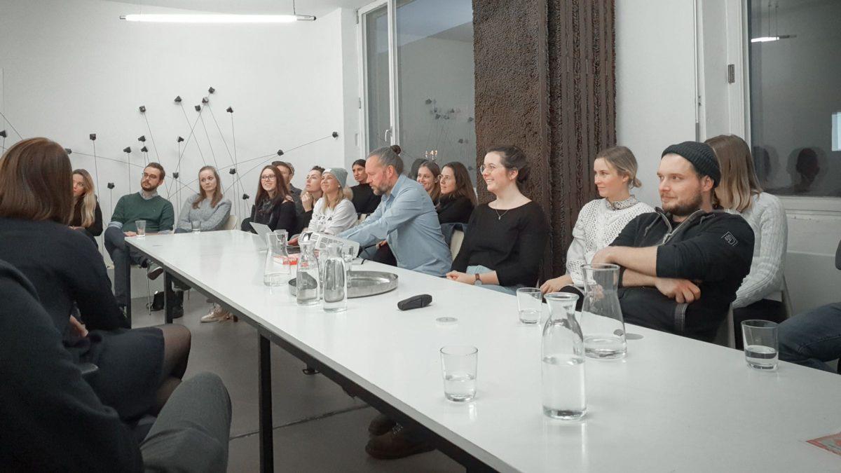 Prof. Xaver Egger mit Studierenden des Masterstudiengangs ArchitekturProjektentwicklung