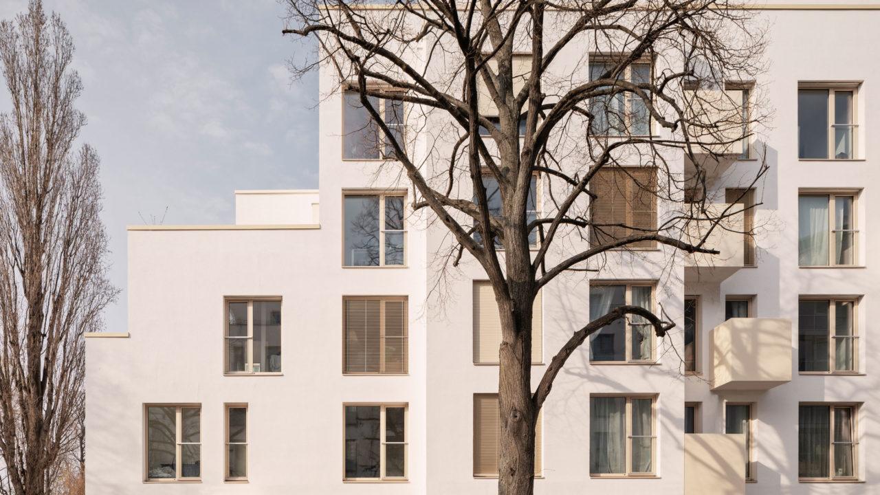 Fassade mit Balkonen und abgetreppten Baukörper des Wohngebäudes Mühenstraße in Berlin.