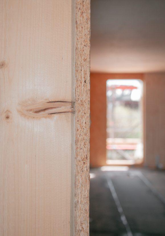 Holzdetail auf der Baustelle des Wohnhauses in Berlin Zehlendorf.