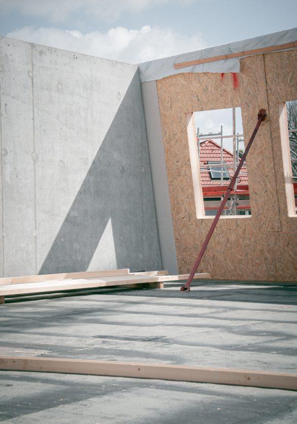 Beton- und Holzwände auf der Baustelle des Wohnhauses in Berlin Zehlendorf.