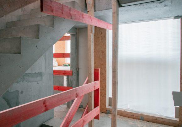 Treppenhaus auf der Baustelle des Wohnhauses in Berlin Zehlendorf.