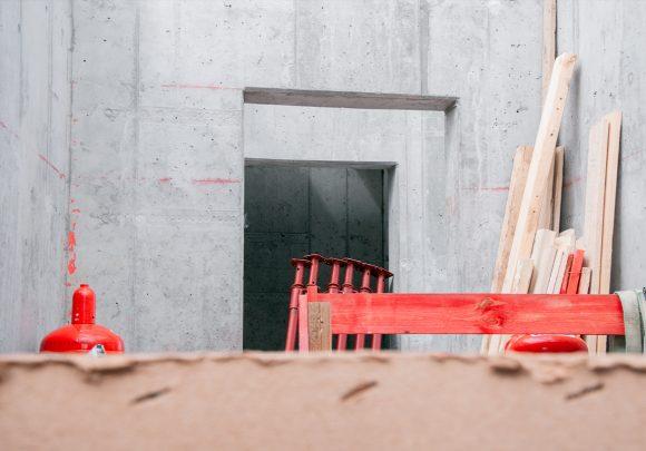 Betonwände auf der Baustelle des Wohnhauses in Berlin Zehlendorf.