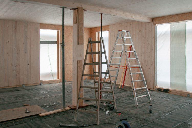 Innenraum mit Holzwänden und -trägern auf der Baustelle des Wohnhauses in Berlin Zehlendorf.