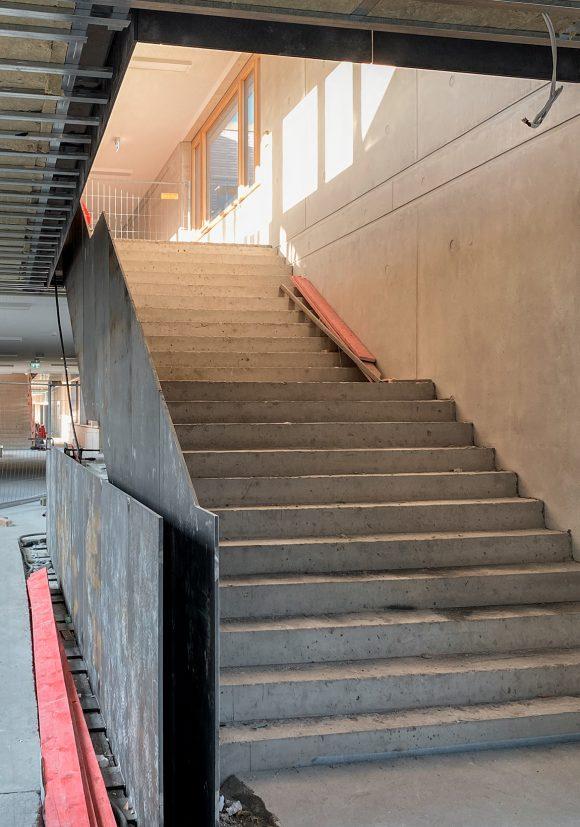 Treppenhaus auf der Baustelle der Gustav-Heinemann-Gesamtschule in Essen.