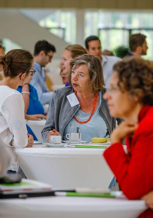 Diskussion von Teilnehmener des Vortrags zum Thema Nachhaltige Architektur in (Klima-) Wandel.