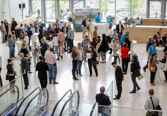 Foyer mit Vortragsteilnehmern und Publikum zum Thema Nachhaltige Architektur in (Klima-) Wandel.