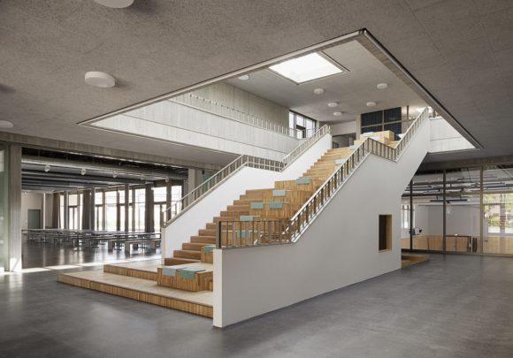 Foyer mit Sitztreppe und Blick in die Mensa der Grundschule am Jungfernsee, Potsam.