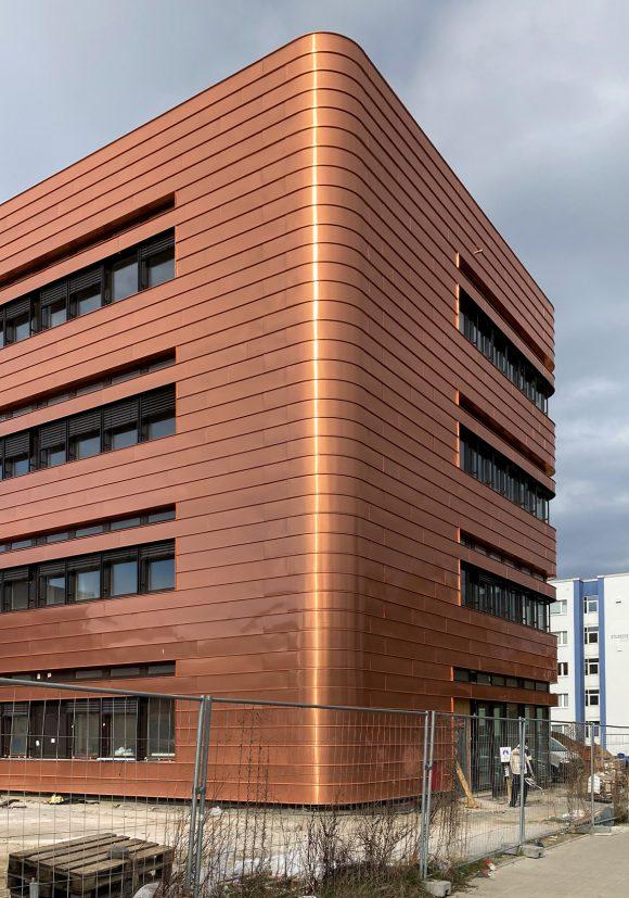 Abgerundete Ecke der bronzenen Kupferfassade des Neubaus des Instituts für Elektrotechnik der Universität in Rostock.
