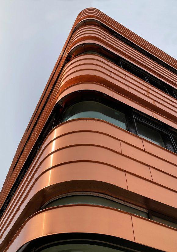 Detail von der bronzenen Kupferfassade des Neubaus des Instituts für Elektrotechnik der Universität in Rostock.