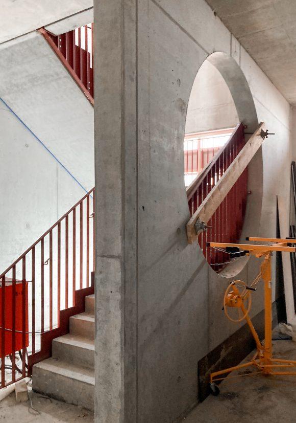 Betontreppe und Betonwand auf der Baustelle des Neubaus des Instituts für Elektrotechnik der Universität in Rostock.