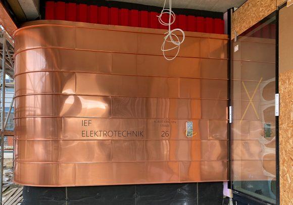 Eingang des Neubaus des Instituts für Elektrotechnik der Universität in Rostock mit seiner bronzenen Kupferfassade.